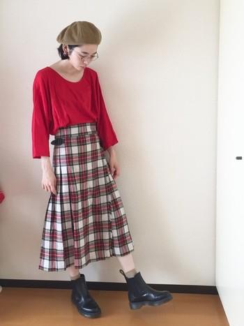 """トラッドなチェックの巻きスカートは、秋冬になると着たくなるほっこりアイテム。 でも薄着のトップスと合わせても""""重×軽""""のバランスで素敵なんです。 寒くなるにつれて、小物で""""重""""の面積を増やしていくのも良いですね。"""