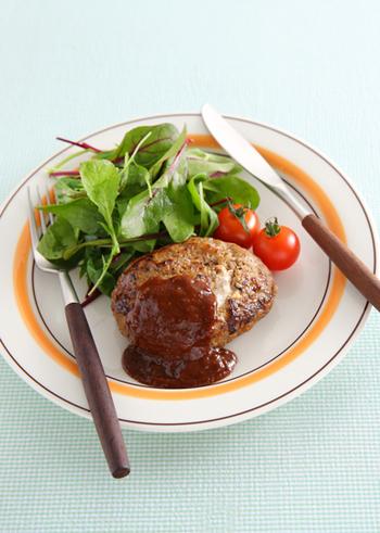 みんな大好きなハンバーグはは、単体だと色味が少ないので、2色以上の野菜や付け合せを添えると彩りよく仕上がります。