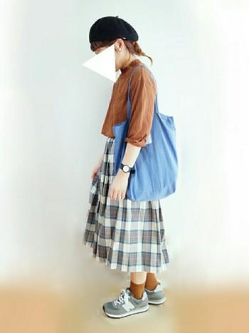 茶系のトップスと合わせて、薄着でもしっかりと秋に。 まくりあげた袖やブルーの爽やかなバッグにちょっぴり夏を残すのがポイントです。