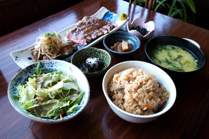 一番の人気メニューは、九州産牛ステーキとさつま地鶏を味わえる「糸島セット」。野菜中心の小鉢4点、お味噌汁、ごはん、漬物など健康的な和食が味わえます。