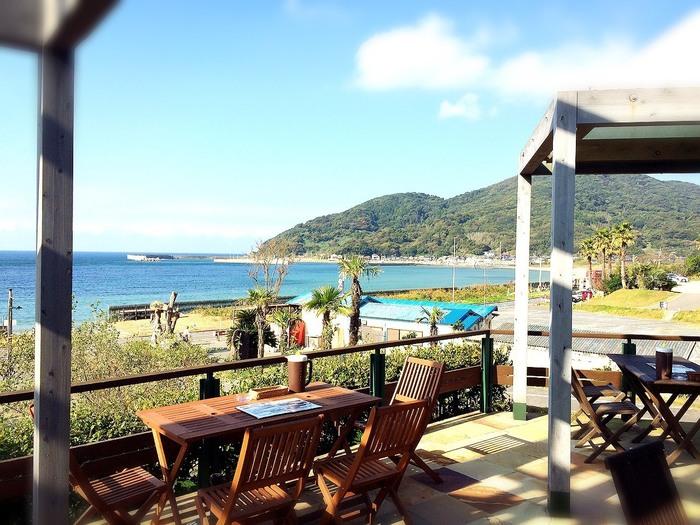眺めの良いテラス席がおすすめ。糸島の自然を感じながら、美味しい和食をいただきましょう。
