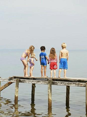 海やプールで、強い日差しからお肌を守ってくれる『ラッシュガード』。ご紹介したように、大人から子供まで、オシャレなデザインはたくさんあります。お気に入りのラッシュガードを着て、元気に海へ出かけましょう♪