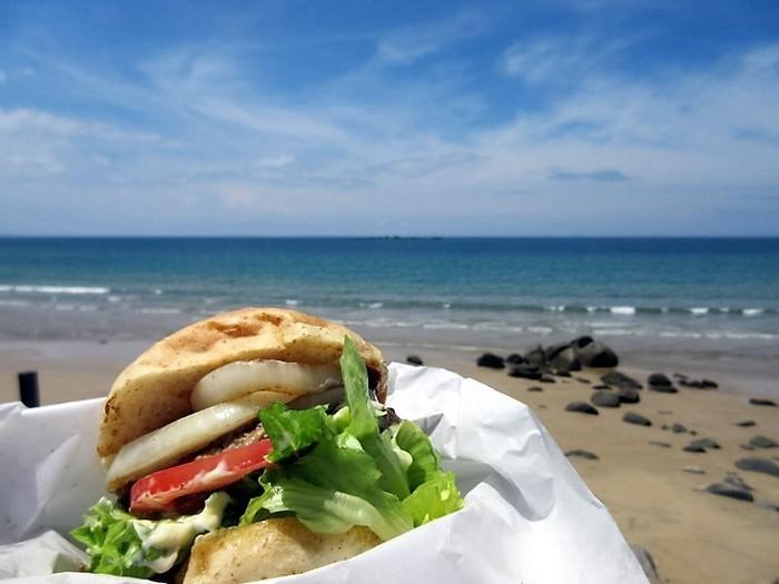 野菜をたっぷりと使ったハンバーガーはボリューム満点。店内でも食べることができますが、お店の階段を降りてビーチで海風を感じながら食べるハンバーガーは最高!