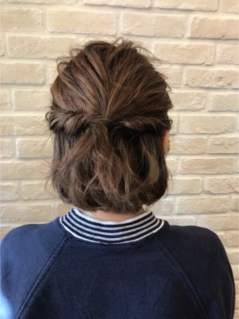 ①サイドの髪の毛を残して真ん中で結びます。②残しておいたサイドの髪の毛をねじり、結んである結び目で留めます。③こなれるように、緩く引き出して完成です。