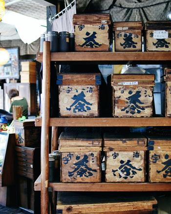 歴史を感じる店内はレトロなお茶の木箱が並びます。オリジナルブレンドのほうじ茶はファンがつくほどの人気ぶりだそう。いろんなお茶を少しずつ愉しみたい方にもオススメのお店です。 店内一角にある「お登勢茶屋」では、抹茶ソフトやお団子などの甘味をいただくことができます。