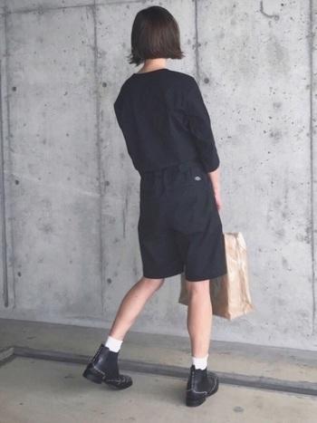 オールブラックでまとめたキュロットスタイル。ショートブーツからちらりと白い靴下をのぞかせて。少年ぽさと少女っぽさどちらも同居しつつも、洗練されている。巧みなスタイル。