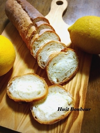 レモン風味のクリームリーズが、とっても爽やか♪冷凍庫でしばらく冷やすことで、きれいに切ることができます。おしゃれなおつまみとして、大人のお酒の席に登場させたいスタッフドバゲットですね。