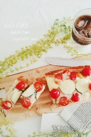ミニトマトやズッキーニなど夏野菜たっぷりのスタッフドバゲット。栄養バランスもいいヘルシーな一品です。色も夏らしくて鮮やか。四季折々の旬の野菜を使って、おいしくできそうですね。