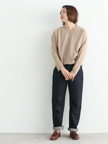 Vネックセーターにジーンズ。ノームコアなスタイルにタッセルローファーが絶妙。おしゃれに力が入っていないようで、きちんとおしゃれなのが重要なんです。