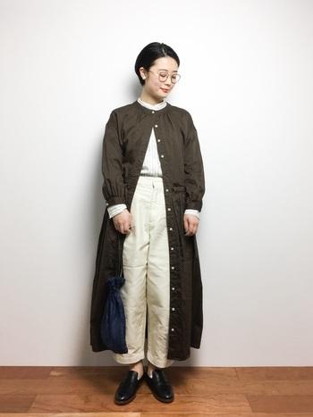 シャツ&パンツの上にワンピースをガウンのように羽織ったレイヤードスタイル。足元はちらりと肌を見せつつローファーをチョイス。柔らかさとかっちり感の組み合わせ方は参考にしてみたいですね。