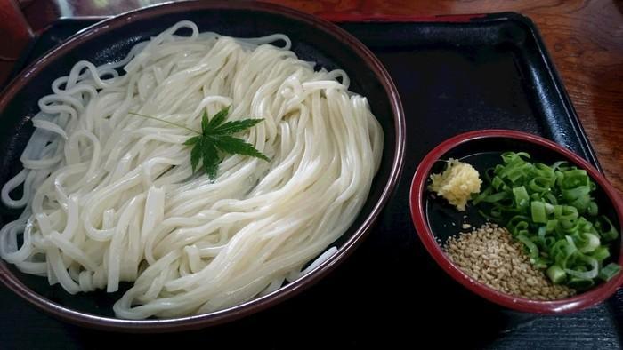 能古うどんは「冷やし」と「釜揚げ」があります。柔らかさが特徴の博多うどんとは違い、細麺でコシのあるのが特徴です。