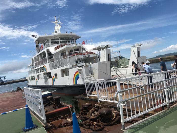 交通手段は「フェリー」のみ。姪浜渡船場からフェリーが1時間に1~2本出ていて、運賃は片道・大人230円、小児120円(1歳から小学生以下)です。別料金になりますが、自転車や車も一緒に乗船することもできます。フェリーに揺られることたった10分で能古島渡船場に到着です。