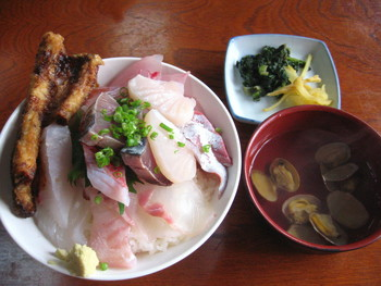 一番人気は「雑魚定食」。お刺身や煮つけなどお魚をいろんな料理法でいただける大満足の定食です。獲れたての新鮮な刺身をたっぷりとのせた海鮮丼も人気ですよ。