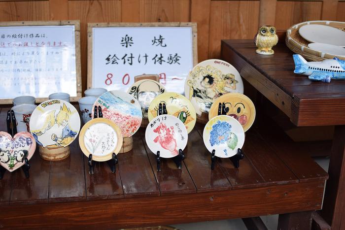 窯元「和窯」の前にある建物では楽焼の絵付け体験ができます。お皿や貯金箱に自分で好きな絵を描いて、オリジナルの作品を作れます。陶芸よりお子さん達も挑戦しやすいですよ。