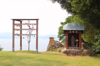 園内の運動場の奥には縁結びスポットもあるんです。恋観音様が祀られているため、縁結びの願掛けに訪れる人も多いんだそう。アイランドパークを訪れた際は、ぜひ訪れてみてくださいね。