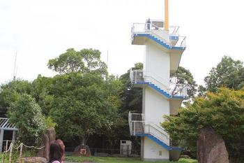 能古島の中央に位置する「能古島展望台」。バスに乗り、展望台入口で下車したら約10分ほどで着きます。展望台からは、美しい眺望を堪能することができます。