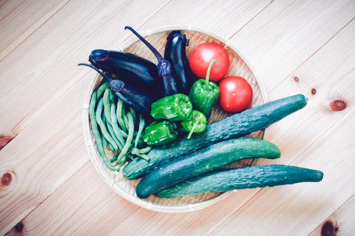食べ物には、からだを「冷やす食べ物」「温める食べ物」「その中間の食べ物」があります。 大まかな見分け方は、「夏が旬の野菜」「地面の上に育つ野菜」は、からだを冷やしやすくなっているそう。 夏に美味しいきゅうりやトマト、なすびなどの夏野菜、南国に育つパイナップルやマンゴー、バナナなどは、おなかを冷やしやすいそうですよ。