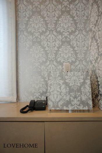 一見すると分かりにくいですが、こちらはなんと、壁紙で作ったパネルでカモフラージュしたもの。この発想はすごいですね!