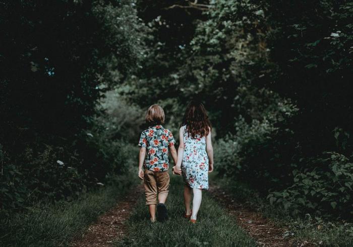 やがて成長するにつれて、周囲の大人に抱いていた愛情や欲求は、恋人・夫婦・友人・仕事仲間という外の対人関係に移行し、自立していきます。他人に対しては流せることなのに、心許せる親しい間柄の人に対してはつい感情的になってしまうという経験はありませんか。