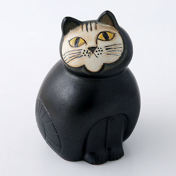 猫好きで知られるリサ・ラーソンのオブジェは、猫の魅力がたっぷり。愛嬌のある表情、ちょこんと揃った前足が猫好きにたまりません。