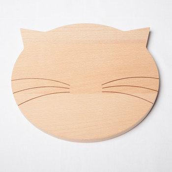 猫の顔をモチーフにしたドイツ製のウッドブレッドボード。このままパンなどをのせたり、猫の顔をイメージして盛り付けるなど、アイデア次第でいろいろと使えるのが楽しそう♪