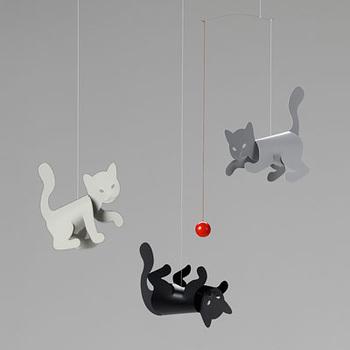 窓辺に飾りたい♪子猫がモチーフのモビール。ゆらゆらと風に揺れるたびに、猫が赤いボールとじゃれあう様子を楽しむことができますよ♪