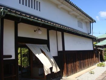 もともとは大阪にあった歴史的建造物「旧鴻池邸表屋」を、1979年に現在の奈良・飛鳥に移築。気軽に訪れてほしいという想いからカフェをオープンしました。  表屋造りの町家建築の中で、ゆったりとした時間を過ごすことができますよ。