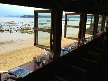 「山の茶屋」の姉妹店「浜辺の茶屋」は海にせり出したように造られ、こちらも自然とひとつになっているような木造の建物が印象的です、