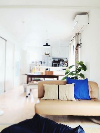 「はなうたさんぽ。」のなべみさんのお宅にある、鮮やかなブルーのクッションカバーもIKEA。IKEAのクッションカバーは、カラーバリエーションやデザインが豊富なので、いくつも買いたくなりますね。  プチプラプライスだから、色違いで使いわけるのもおすすめです。