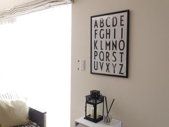 人気ブログ「ちいさなおうち」のきゅうさんは、IKEAのランタンをインテリアとしておしゃれに活用しています。白い家具に黒いランタンが引き立ちますね。  実際に火をつけて使うこともできるので、中に置いたキャンドルを灯すこともできます。