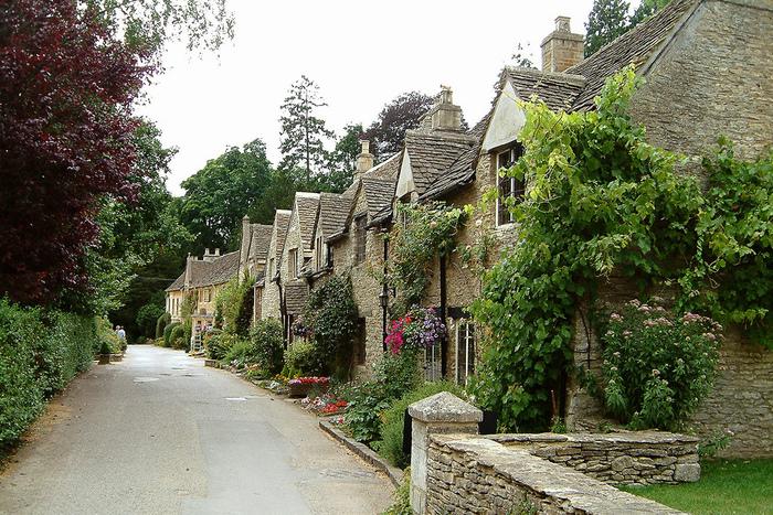 カッスル・クームには、お土産店や、特に目玉となる観光地はほとんどありません。しかし、静寂に包まれた小さなこの村で、古き良きイギリスの農村風景を大切に守り続けながら、この地で生活する人々の生活の息遣いを感じ取ってみてはいかがでしょうか。