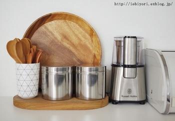 シンプルなシルバーの缶は、ティーバッグやお砂糖などお茶アイテムを収納するのにぴったり。隣の置いた、シルバー×ブラックのコーヒーブレンダーとも雰囲気が合っていて統一感も◎  好みでラベルを貼ってアレンジするのもおすすめです。