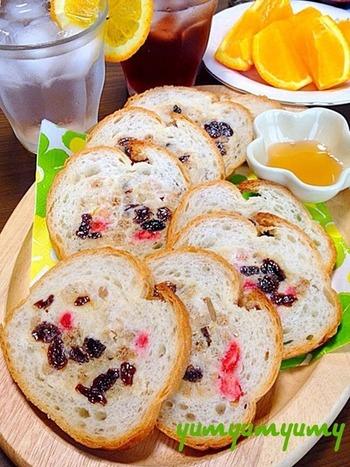 シロップを添えて、つけながら食べる、デザート感覚のスタッフドバゲットです。甘酸っぱいドライフルーツが爽やかで、朝食などにもおすすめ。