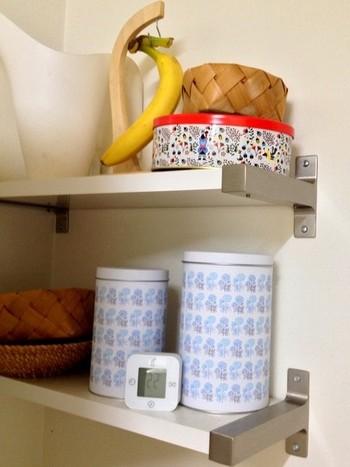 3個セットの缶はブルーのレトロな花柄がおしゃれ。キッチンが明るく楽しい雰囲気になりますね。サイズ違いのセットなので、中に入れるもので使い分けるのがおすすめ。  北欧インテリアを多く紹介している人気ブログ「公園よこのちいさないえから 」のkoenyokoさんは、出汁用の煮干しやティーバッグを入れて使っているそう。IKEAには生活感を見せず、使いやすい雑貨が豊富にそろっていますね。