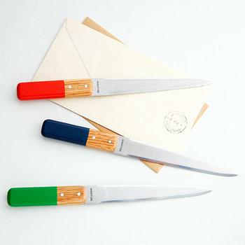 シンプルなペーパーナイフは、持ち手が木製なので温かみを感じられます。カラフルな色づかいは、デスクに置いておくとアクセントになります。