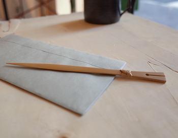 竹製のペーパーナイフは、甲斐のぶお工房のものです。温かみのある素材は、手にしっくりと馴染みます。ひとつひとつ手作りで仕上げられており、切れ味抜群です。