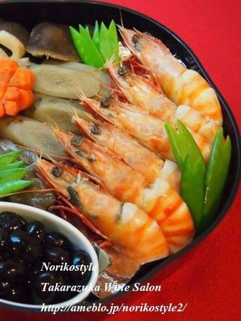日本では左を「善」とする思想が古来からあるため、海老や魚を詰める時は頭を左向きに揃えて縁起を担ぎます。