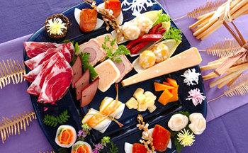 大皿やプレートでオードブル風にするのも、いまどきのおもてなしですね。チーズやハムなどとともに、おせち料理を盛り付けるのも違和感がありません。