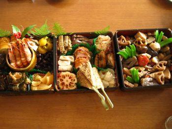 おせちはお重ごとに入れる料理が決まっており、それぞれの料理に縁起や祈願をかけた意味があります。三段重を例にして、どの段にどんな料理を詰めるのか、一般的なものをご紹介します。