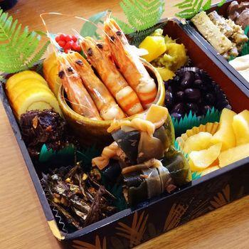 壱の重は「口取り」や「祝い肴」といって、黒豆などの甘い物や、昆布巻きやかまぼこなどのお屠蘇に合う料理を詰めます。品数が多い分、華やかな見た目になります。