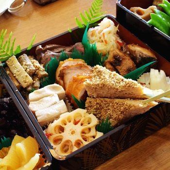 二の重は、海老や鯛の塩焼き、ブリの照り焼き、のし鶏などの焼き物がメイン。それにプラス酢の物も盛り付け、豪華なメインディッシュに仕立てます。