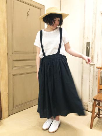 カジュアルなTシャツも、サスペンダー付きのリネン素材のロングスカートが、夏のお嬢さんらしさを醸し出してくれています。足元も白でまとめてさわやかに。