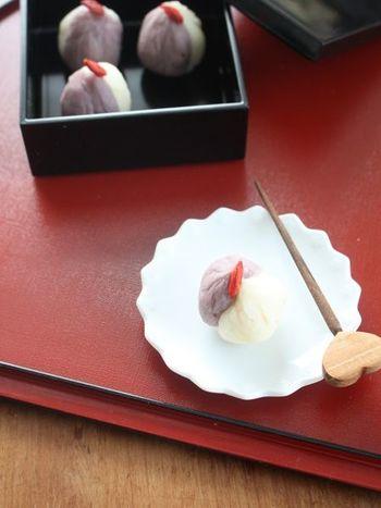 お正月は、デザートなどを小さな重箱で供するのもセンスあるおもてなしですね。黒と赤の組み合わせは、きりりと引き締まった印象を与えます。