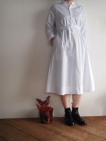 潔いクラシカルな真っ白いワンピースは、それだけでお嬢さんの印象。足元にブラックを忍ばせて、乙女過ぎないアレンジをプラス。