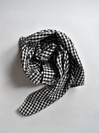 ノースリーブのワンピースやシャツに、ふわりと羽織るとそれだけでお嬢さんらしさを演出できるアイテムが、こちらのギンガムチェックのストールです。シンプルなコーディネートに映えて便利なアイテムです。大判サイズなので一枚あるととっても便利ですよ。
