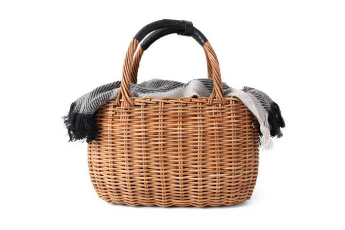 上質なカゴバッグは1つ持っているととっても便利。ロマンチックなレースアイテムとの相性も抜群です。