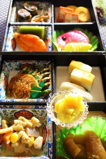 松花堂弁当に詰めるだけの、1~2人用の簡単なおせち。たとえば、買ってきたおせちなどもこんな風に詰めると、本格的な雰囲気が出せますね。