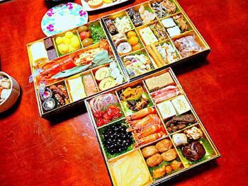 容器を縦横に分け、3×3の9種類の料理を並べます。たくさんの品数を盛り付けられるので、壱の重でよく使われる詰め方です。