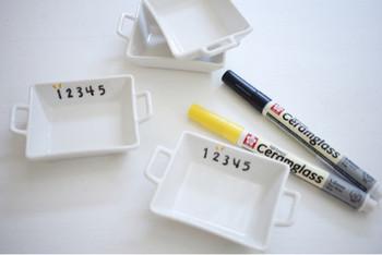 「セラムグラス」の黒で数字を描き、黄色でちょこんと印を付けます。家族で使うお揃いの食器なら、こんな風に区別するのも素敵ですね♪