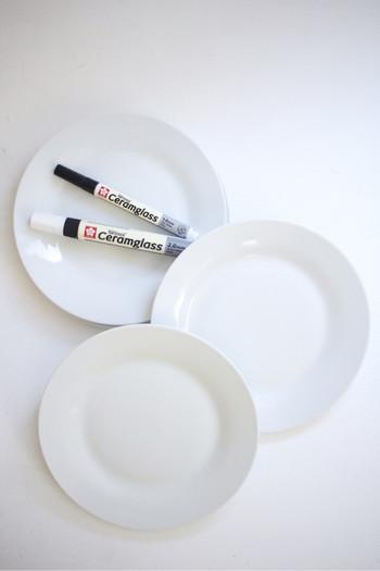 こちらは、ライフオーガナイザー・Rumiさんがブログでご紹介している「セラムグラス」の使い方。セリアで購入したシンプルな丸皿をオリジナルにアレンジします。皮脂汚れなどがあるとインクが定着しにくくなるため、まずはお皿を洗ってしっかり乾かします。